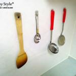 いつも使うものはぶらさげる。キッチンツールの使いやすさを考える。