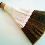 Seriaの小さなほうきで、消しゴムのカスをささっと掃除。