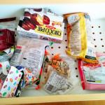 お菓子のストックを取り出しやすく。食器棚回りをまとめて整理整頓。