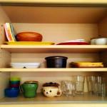 食器棚をプチ片付け。使っていないカップソーサーを2枚処分。