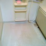 お風呂の締め掃除。水滴を軽く拭いて、棚にはなにも置きません。