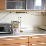 スマホの充電スペースに困っています。キッチンカウンター上の模様替えして場所を確保。