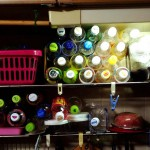 溜め込む心理。実家のキッチンには大量のペットボトルが積んであります。