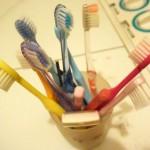 実家の断捨離は、まずじぶんの持ち物から。増えすぎた歯ブラシを捨てます。