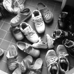 実家の玄関はものすごい靴の量。持ちすぎない暮らしを家族で取り入れるには。