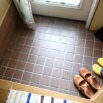 靴いっぱいの実家の玄関。靴は天日干し、下駄箱は風を通してにおいも飛ばす。