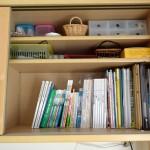 収納のやり直し術。本は本棚に。資格勉強用の本や普段使うものをリビングに集約しました。