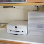 無印良品の引き出し式収納で、雑貨やプリント類をきちんと収納する。
