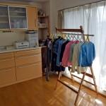 モノを増やさない暮らし方。家具を減らして部屋干をしすると加湿器が不要です。