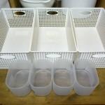 朝ごはんグッズをスッキリ収納改善。収納カゴのなかに小さめケースでスペースわけ。