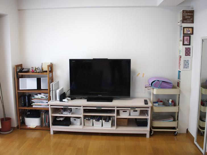 テレビの後ろの壁がコンクリート